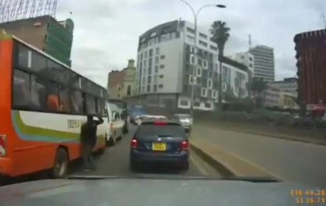 Video-This thief caught live on camera snatching phones from passangers in Nairobi
