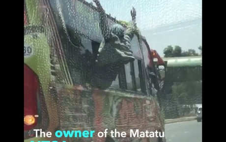 Video – 'Spiderman' makanga riding on two speeding matatus simultaneously