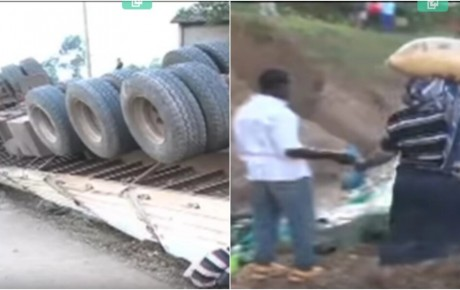 Video – People stealing bags of unga after a truck overturns on the highway
