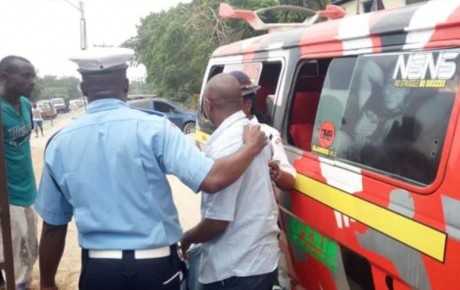 This driver was clobbered by angry passengers for over speeding and drunk-driving [VIDEO]