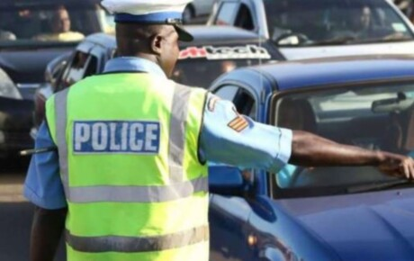 Traffic officers captured on camera beating the hell out of a motorist in Nakuru in hot soup