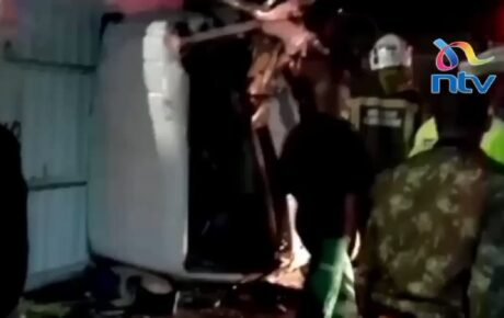 Video – LORRY DRIVER intentionally rams a police truck at a roadblock on Thika Road last night